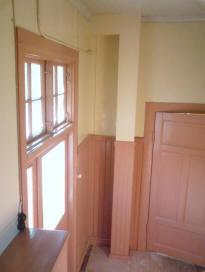 En bild på trapphuset på bottenplan, dörren till höger leder in till väntsalen.