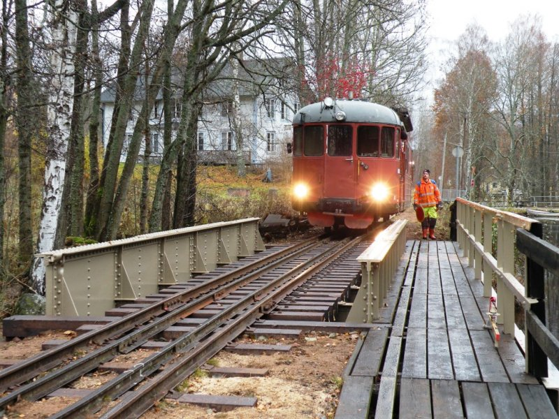 Premiärtåget över den nyrenoverade bron bestog av rälsbussen YP 877