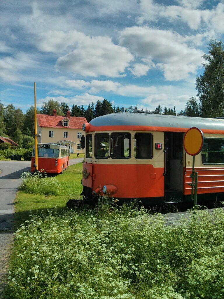 Nostalgitåg och veteranbuss